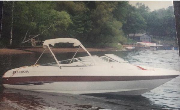 Beautiful 2000 larson boat 21�