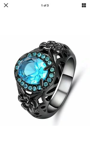 Photo Beautiful blue sapphire on black gold carved band with little flowers sz7