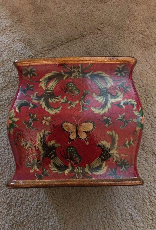Decorative tissue holder