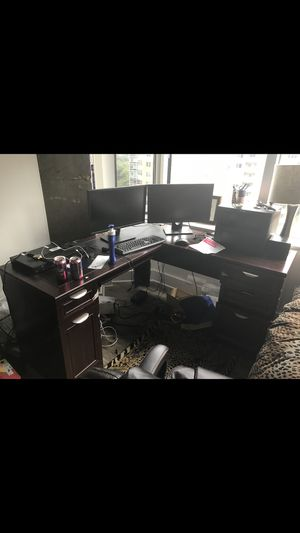 Computer desk with chair for Sale in Alexandria, VA