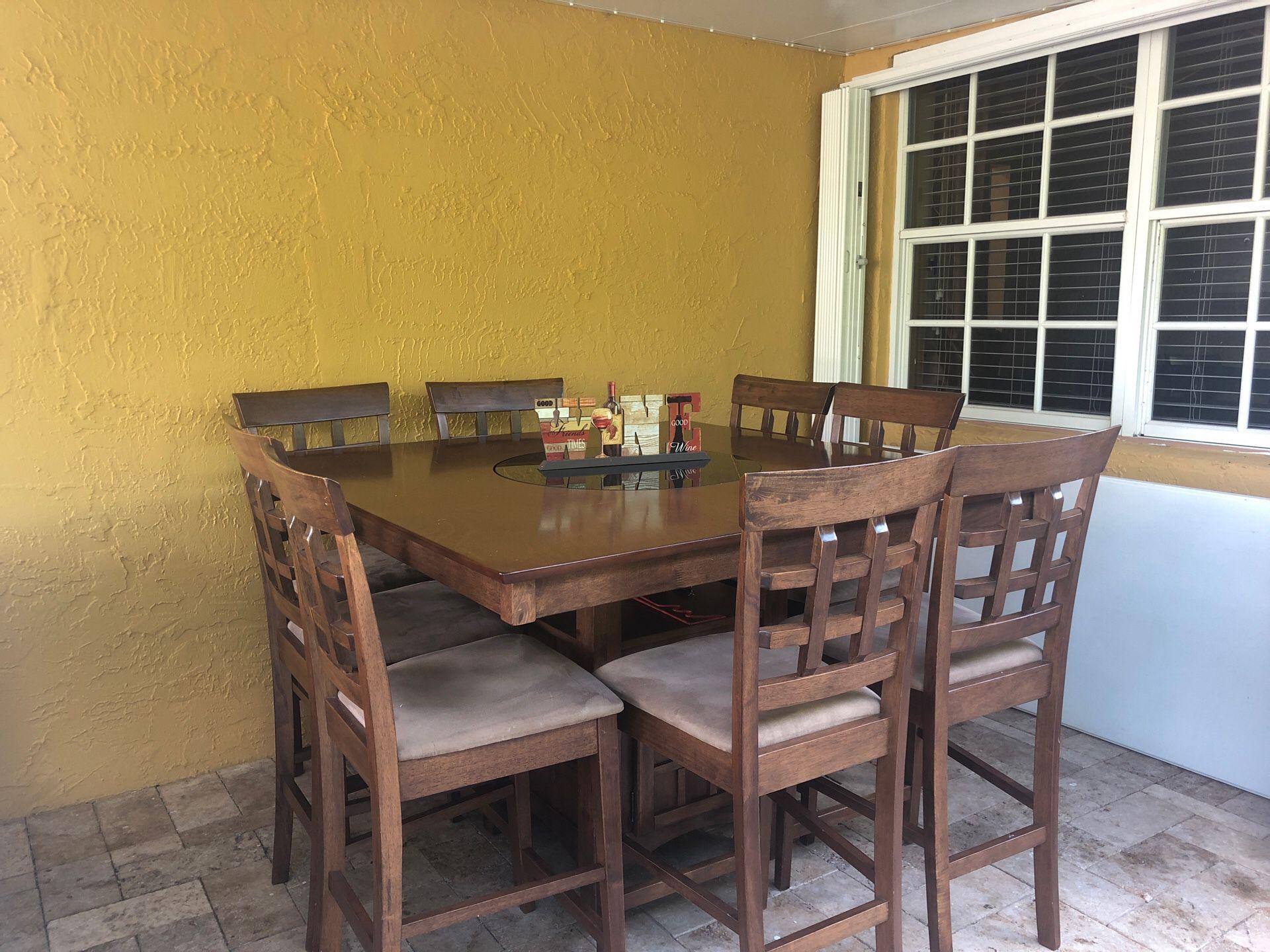 Mesa con 8 sillas.centro da vueltas en redondo para servir