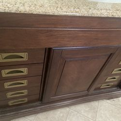 Vanity excellent condition Moving out Sale Thumbnail