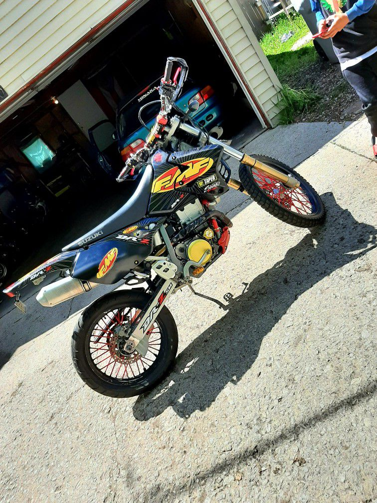Photo Suzuki Drz 400, 2007. In perfect condition, it is exchanged for a Honda car or it is sold at a price of 3,000. If you are interested you can come see
