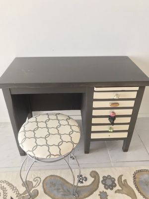 Small desk or makeup vanity for Sale in Miami, FL
