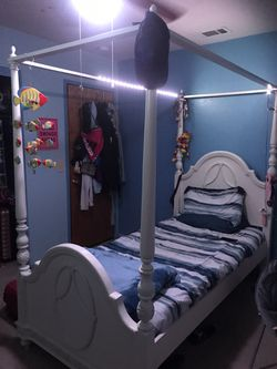 Canopy bed With trundle bed, mattresses and bed frame, twin size. Like brand new, 300$ Thumbnail
