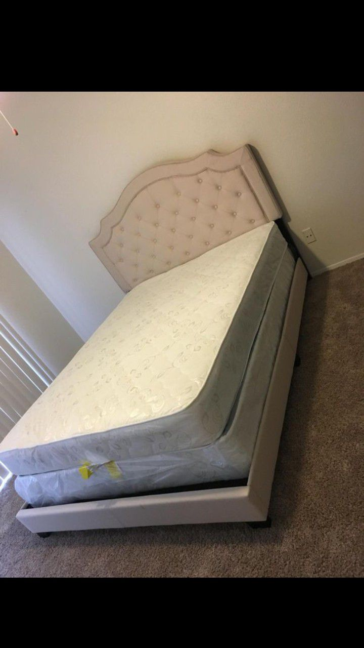 New queen size bed with mattress