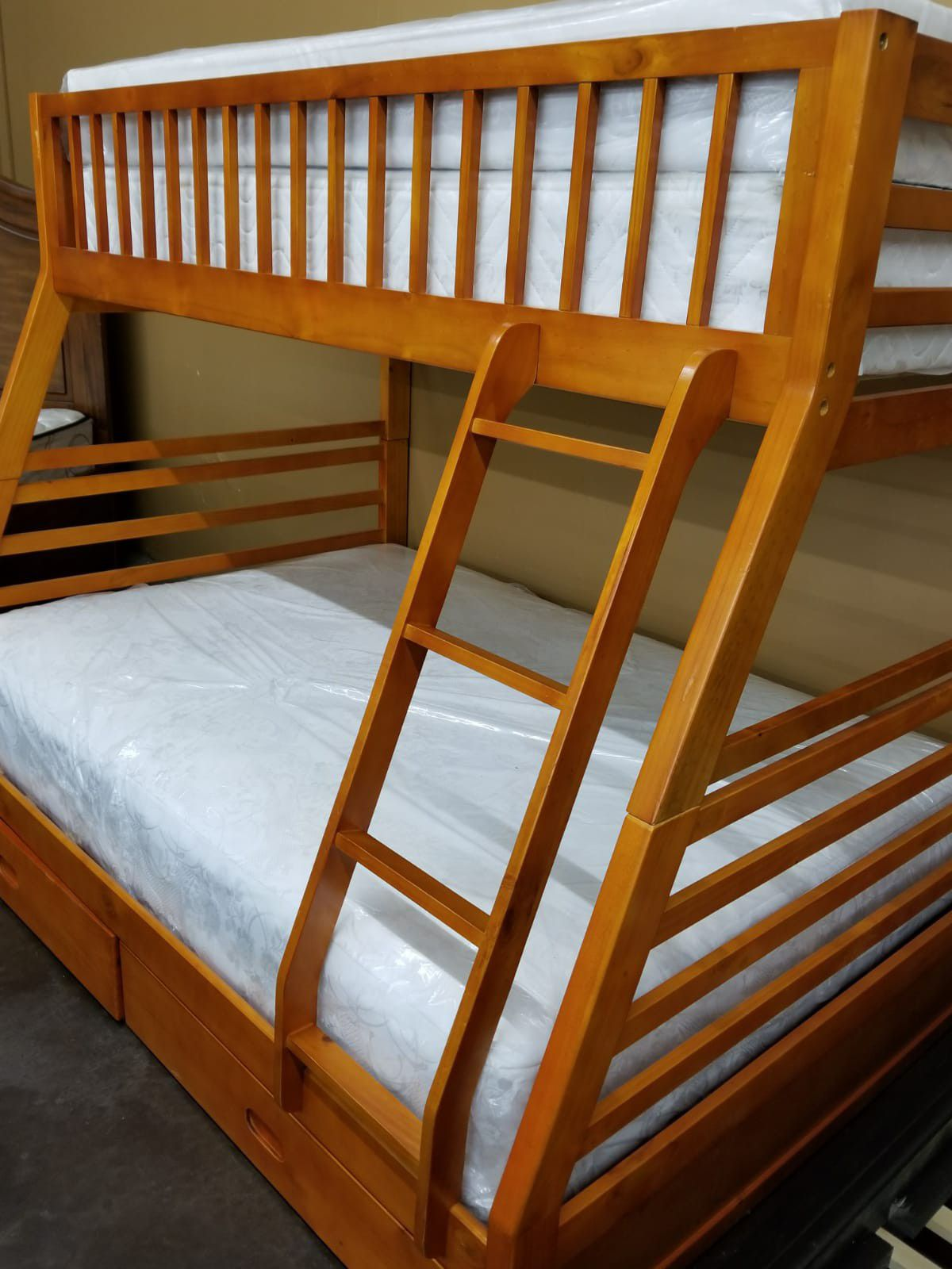 Solid wood Twin/full bunkbed with two mattresses