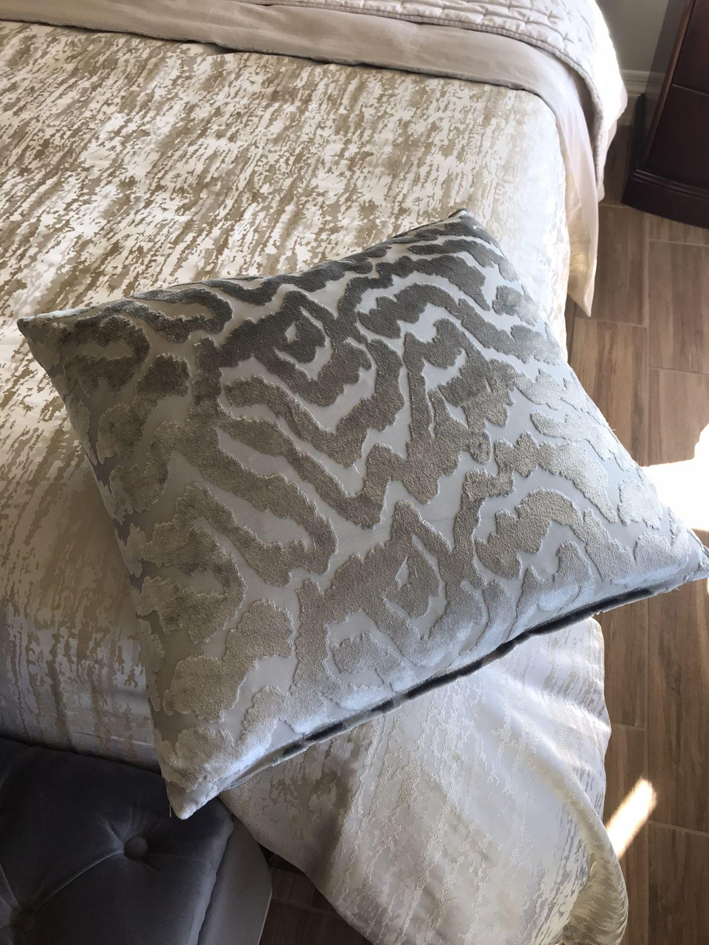 Deco pillows.