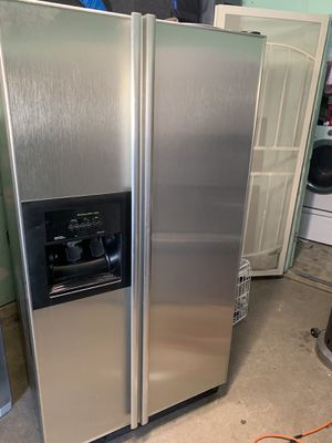 Refrigerator Buenas condiciones $300 for Sale in Dallas, TX