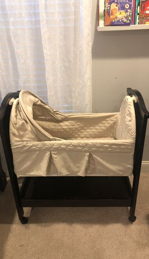 Photo Eddie Bauer Baby Bassinet w/ wheels