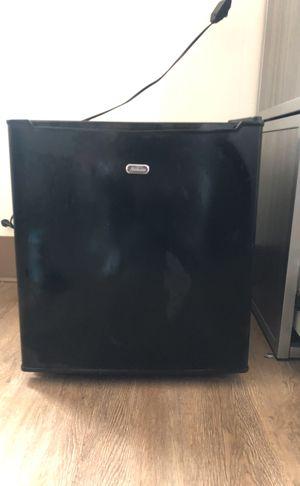 Sunbeam 1.7 cu ft Mini Refrigerator Black for Sale in Chillum, MD