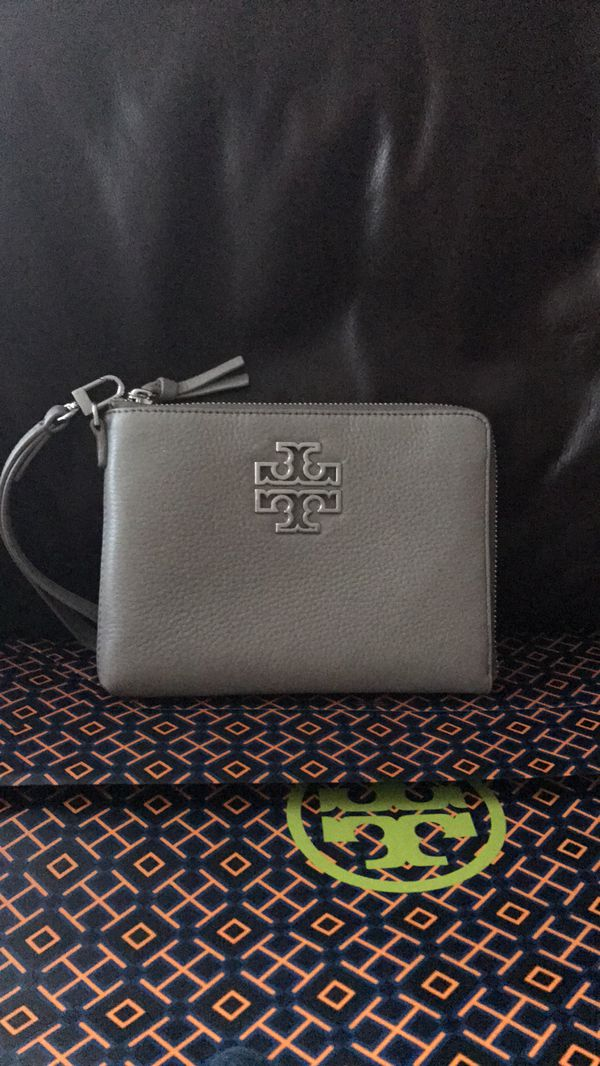 dbaafda2ba3 Tory burch Wristlets with shopping bag for Sale in Carlsbad