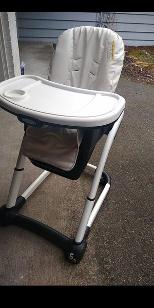 Photo Graco High Chair adjustable height and rollable. Mist pick up.