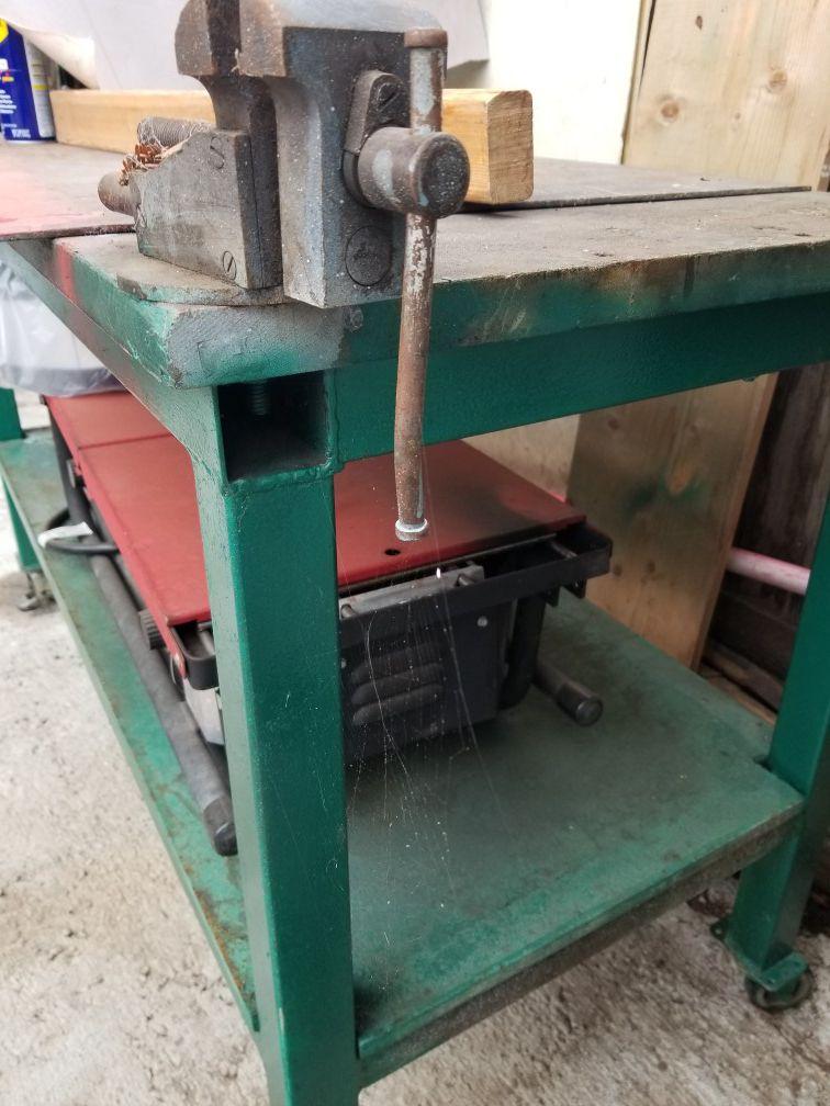 Mesa de metal buenas condiciones $190