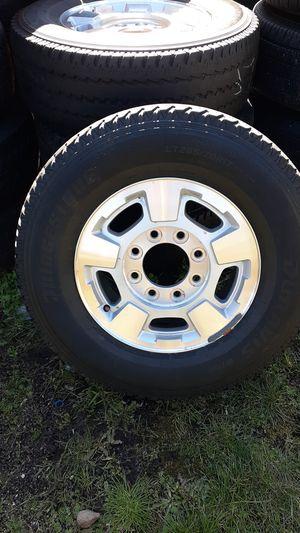 Photo Rines 17 de 8 hoyos bolt pattern 8x180 para Chevy 2500 o 3500 del 2014 en adelante con llantas Bridgestone con un 40%de vida $160