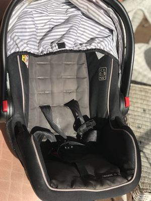 Graco baby car seat (0-12 months) with universal click and go Graco base for Sale in Alexandria, VA