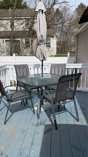 Photo Patio table with chairs and umbrella