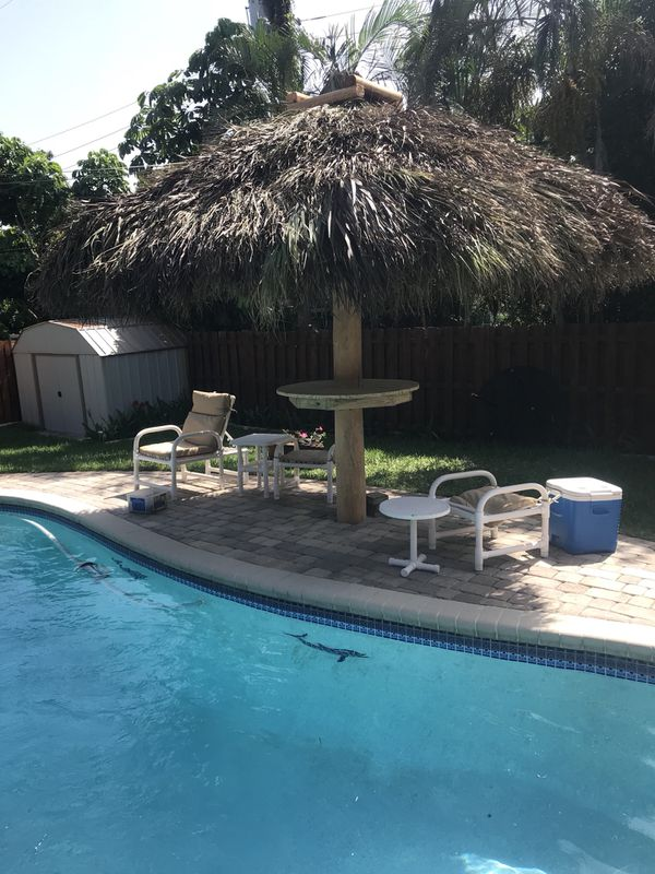10 Ft Umbrella Style Tiki Hut With 42 Round Table For