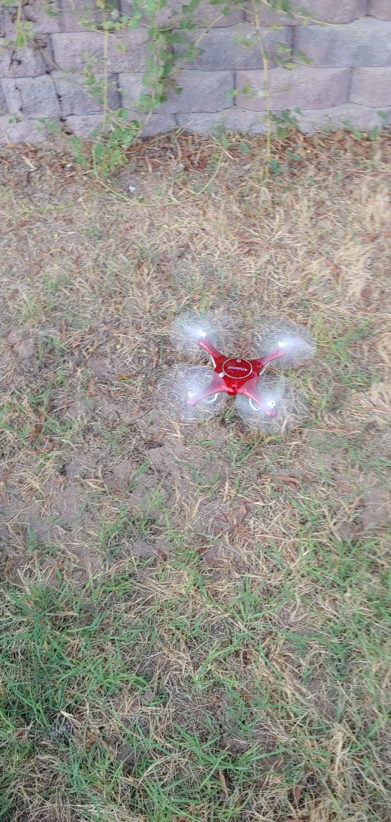 PolaroidPL2000 Quadcopter with 720p HD Wi-Fi Video (Red)
