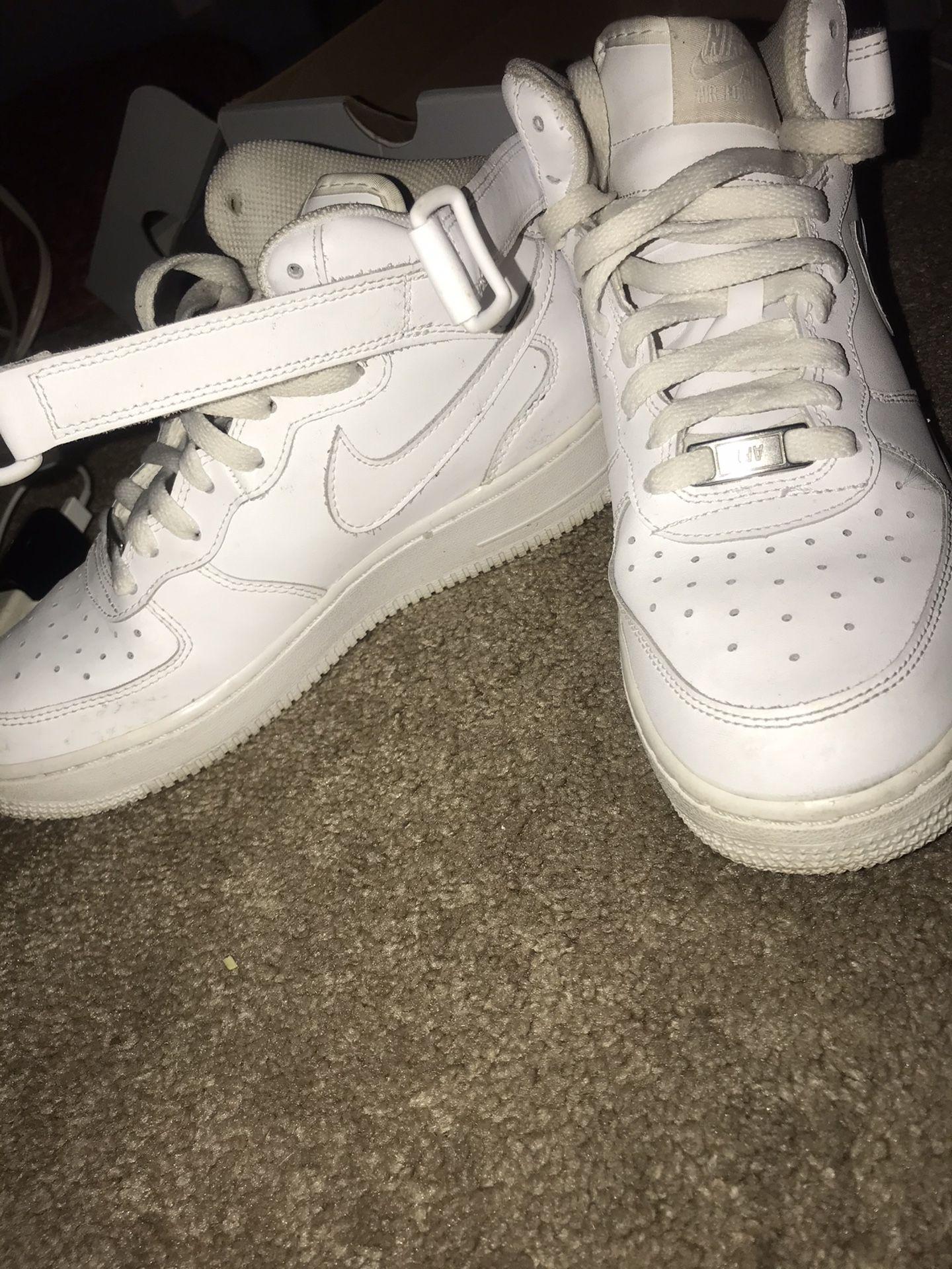 Air Force 1's (Nike Air)