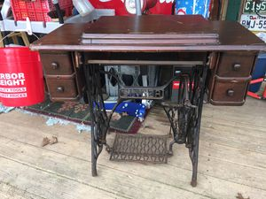 Photo Vintage singer pedal sewing machine. It does not have the sewing machine in it case only.