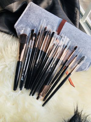20 Pieces Makeup Brushes With Felt Bag for Sale in Silver Spring, MD