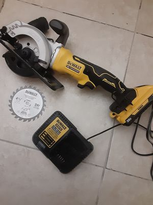 Photo DEWALT ATOMIC 20-Volt MAX Cordless 4-1/2 in. Circular Saw with charger and 3.0ah battery