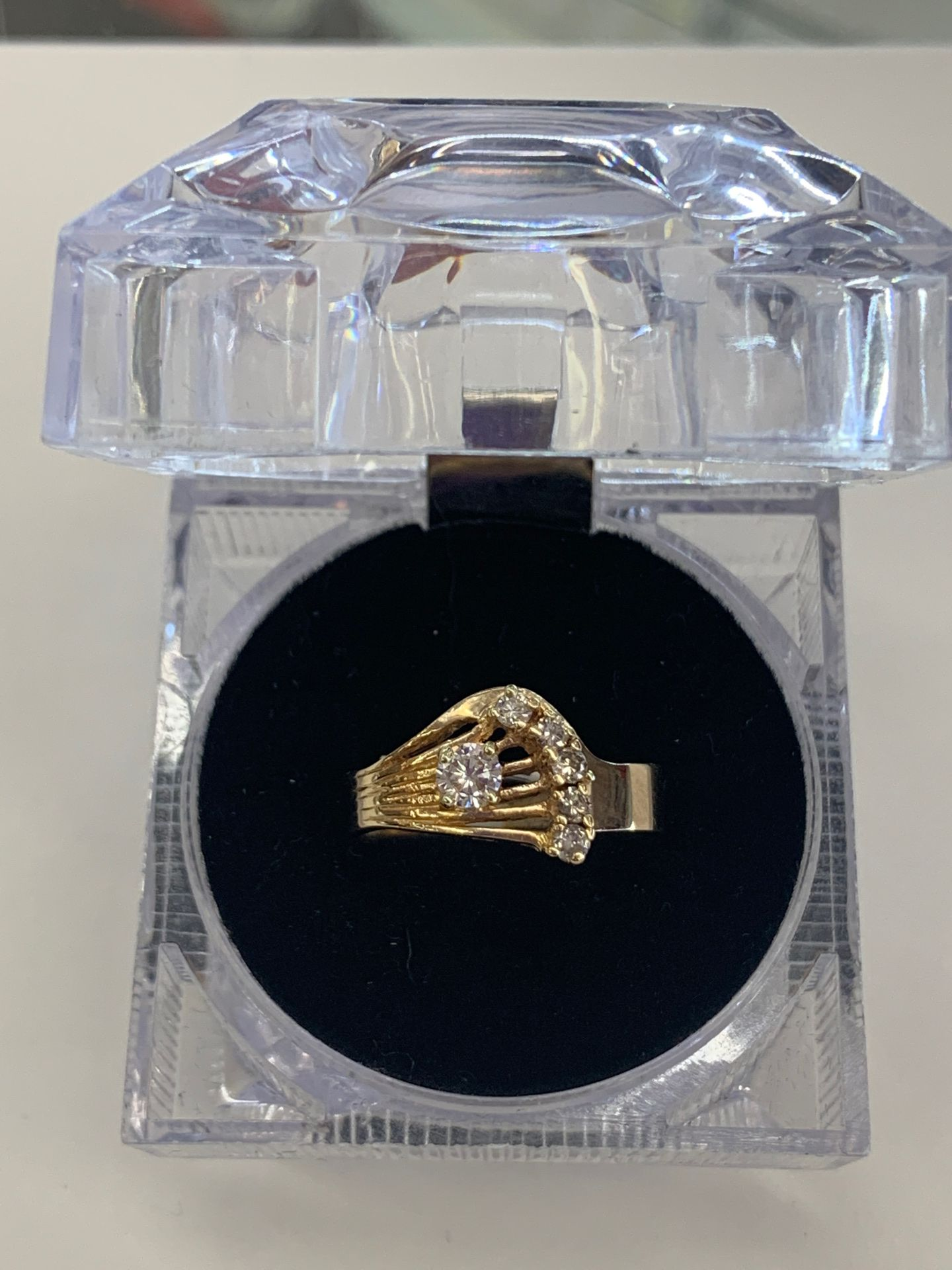 5.3 g. 10 kt Lds ring w/1-20Pt &5-5 pts aprox