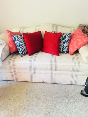 6 pillows for Sale in Raleigh, NC