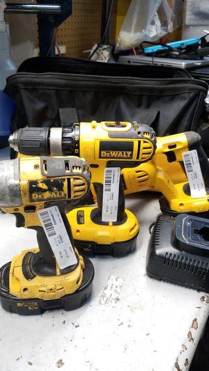 Photo Dewalt 3 piece tool set with 3 18 volt batteries