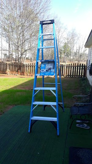 Photo WERNER 8 STEP FIBERGLASS LADDER 250 LBS CAPACITY