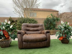 Photo EXCELLENT CONDITION BEAUTIFUL BROWN OVERSIDE RECLINER -LANE FURNITURE ( FREE DELIVERY 🚚 FIRM PRICE $250 ) GREAT CONDITION 👌🏻 LIKE NEW