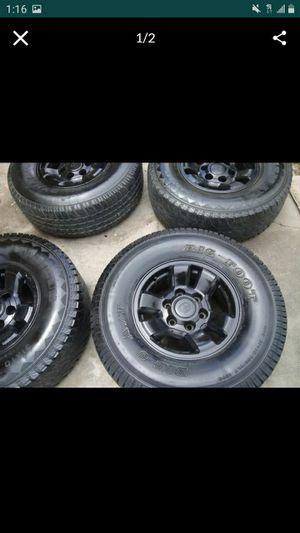 Photo 15 inch Rims and tires toyota tacoma 4 runeer. 6 lugs Tires31x 10.5r15 nesecita. Yantas nuevas