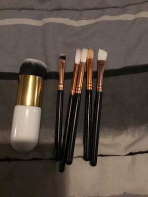 Free with a purchase of 1 other makeup brushes for Sale in Kissimmee, FL