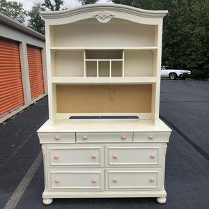 Nice Dresser with Hutch for Sale in Lake Ridge, VA