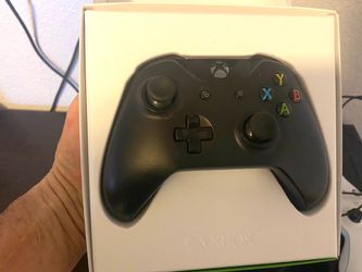 Xbox1 500 gigabyte with 2 wireless controllers, hyperX headset & Gta5 premium edition PICK UP ONLY Thumbnail
