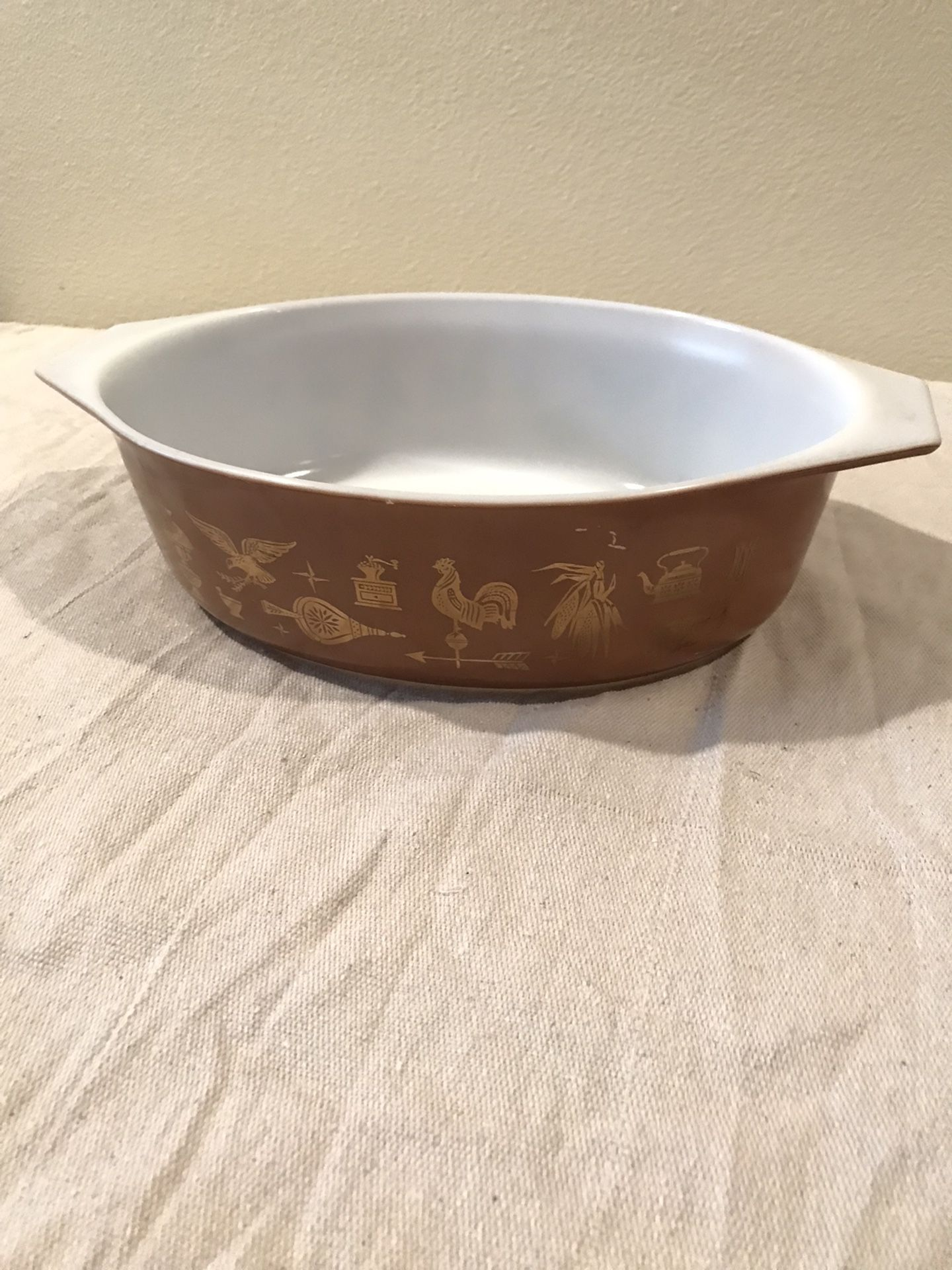 1962 Vintage Pyrex American 043 1 1/2 QT Cinderella Casserole with lid, Colonial Brown w/gold leaf Americana