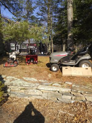 Photo Craftsman riding lawnmower and craftsman snowblower and toro mower