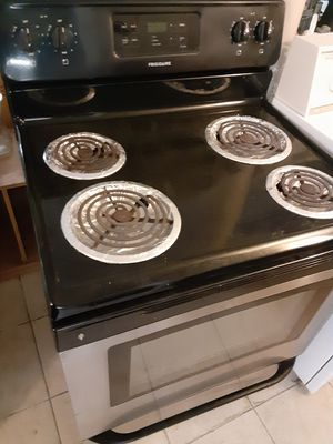 Photo Black and Stainless steel frigidaire electric stove