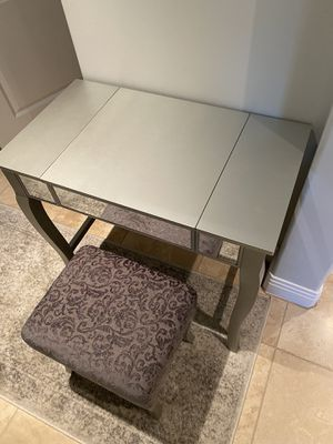 Photo Mirrored Vanity/Makeup Table and Stool $50