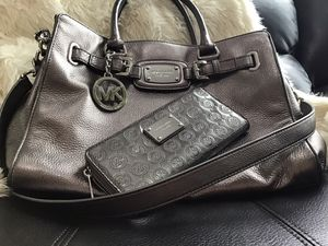 Photo Michael Kors absolutely stunning statement piece I take very good care of all my bags and they are all conditioned with leather cleaner as well🌸🌺