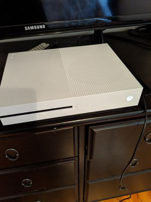 Xbox One-S, 200 gb; controller, rechargable battery; turtle Beach headset; 5 games for Sale in West Los Angeles, CA