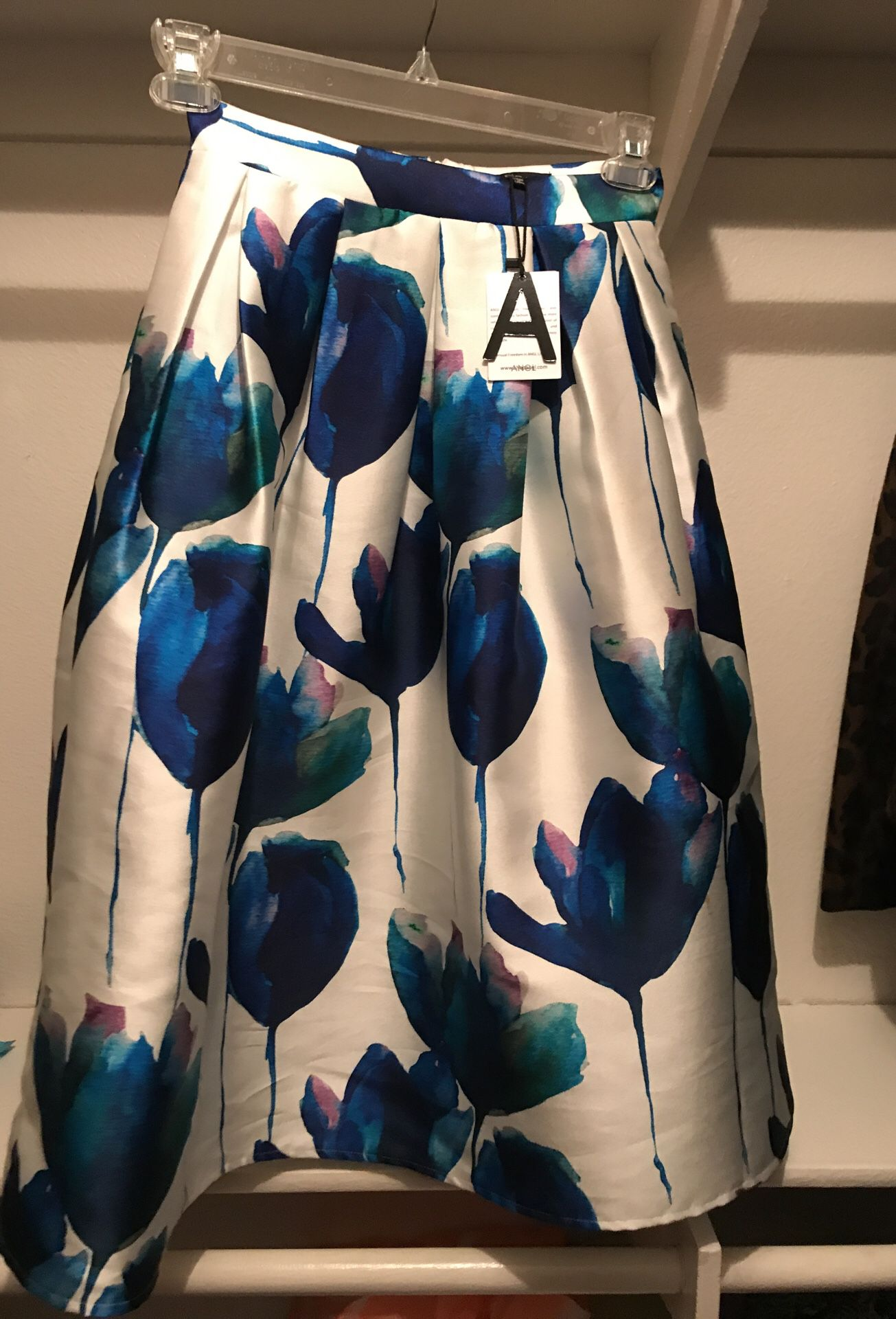 Chic and classy skirt -size SMALL