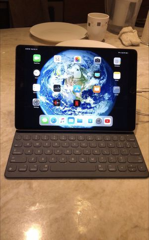 iPad Pro 10.5 64gb space gray, Apple Pencil & Apple keyboard included (WiF) for Sale in Chicago, IL