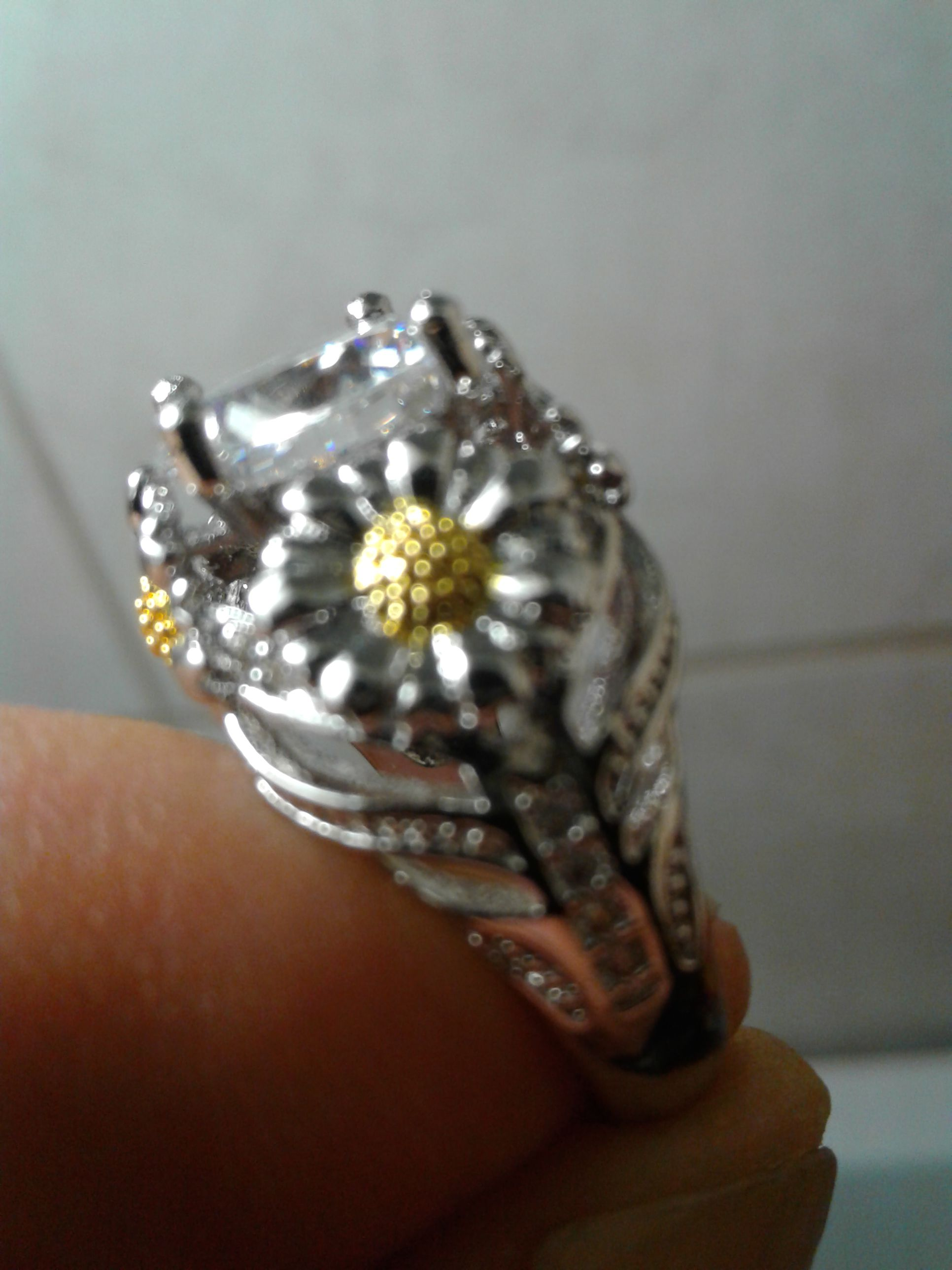 Gorgeous Daisy gem stone STERLING marked ring