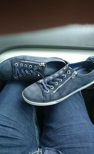 c96112a78b9e Louis Vuitton zipper sneakers new they sale for 650 used they go for 330 I  need