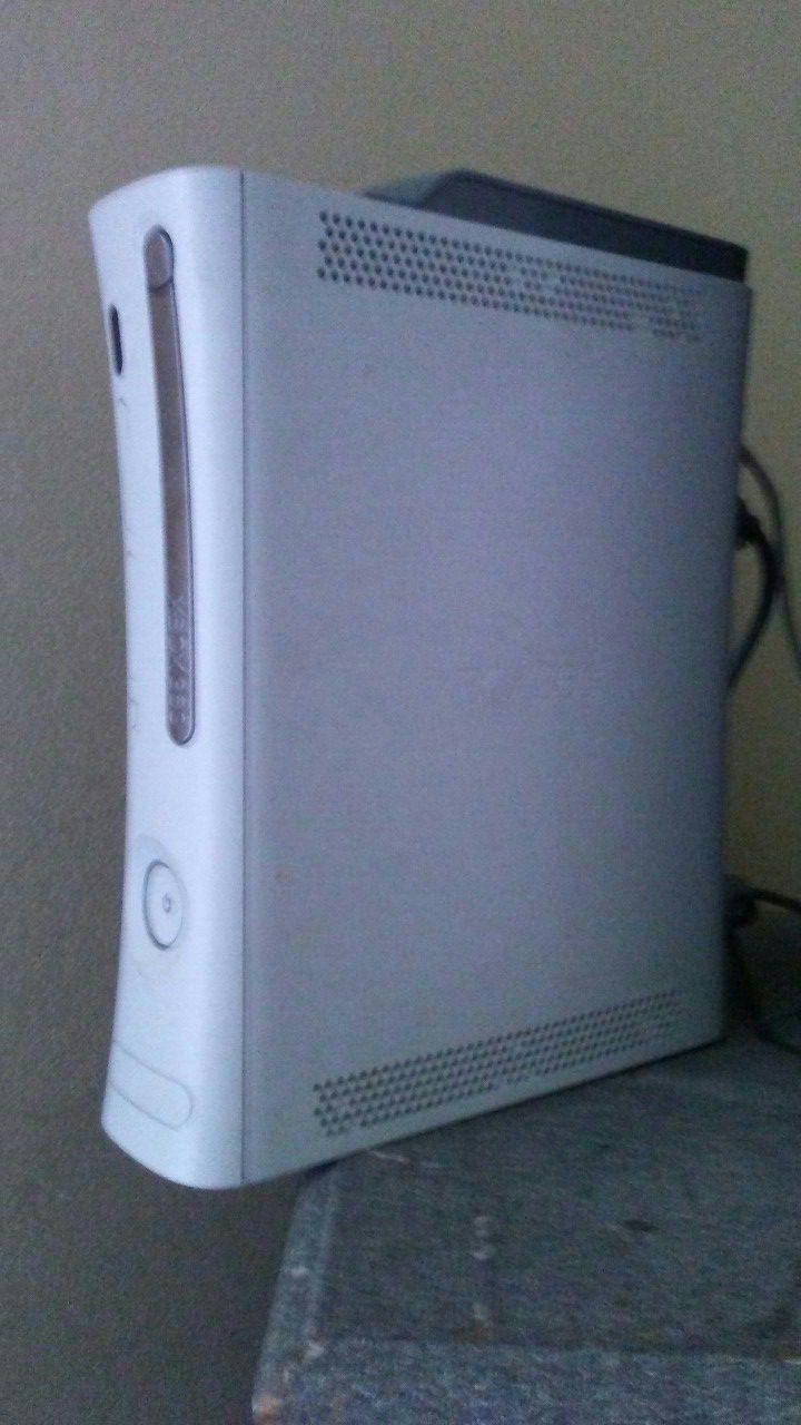 Xbox 360 Hacked with 320 GB Hard and 15 Games preloaded