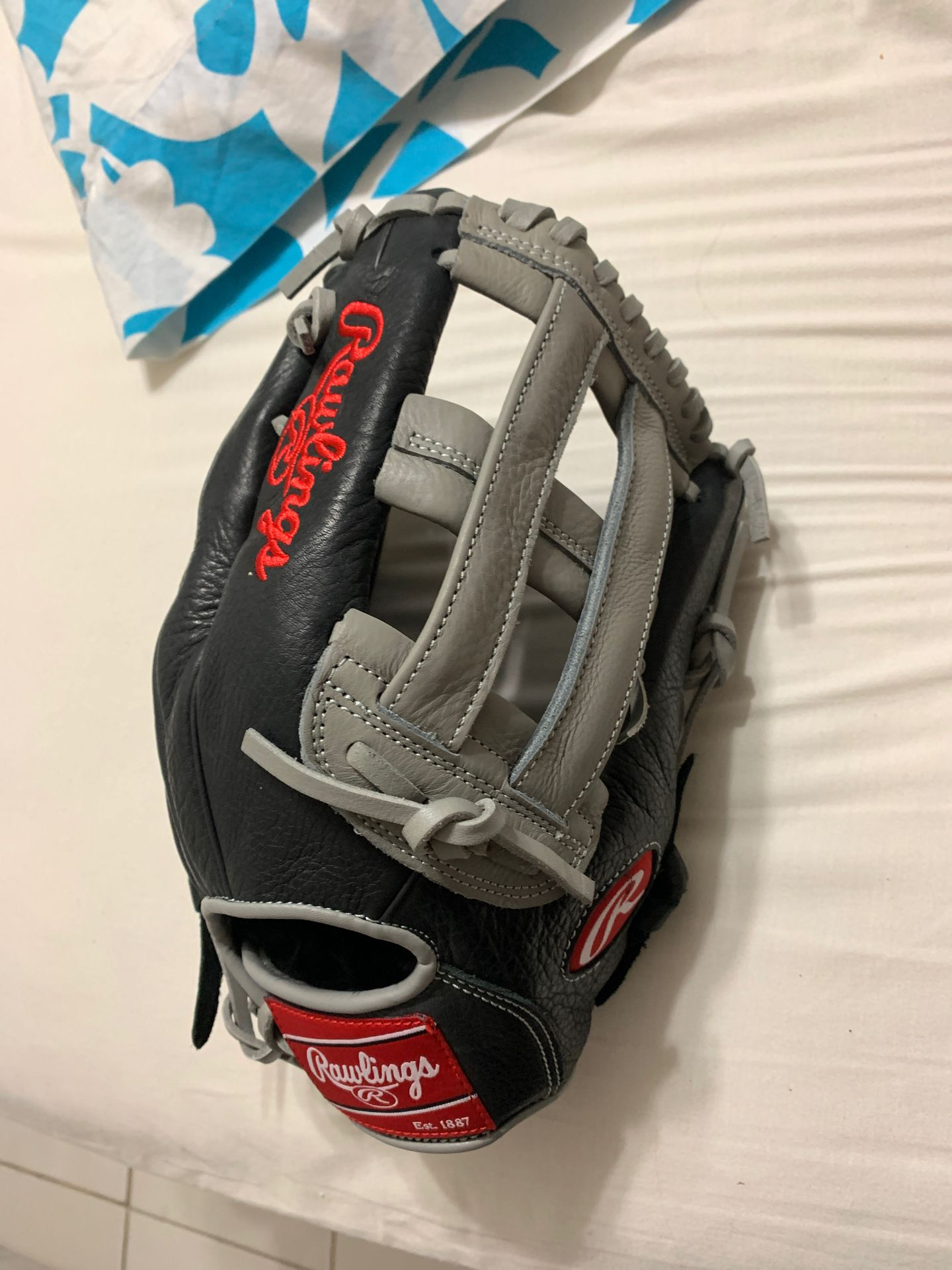 Rawlings right ball glove. new