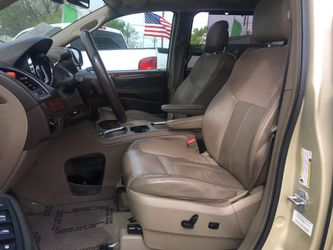 2011 chrysler town & country, fully loaded, DVD, leather, sunroof... $1300 down Thumbnail