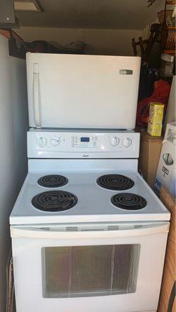 Pareja de estufa en hornillas y nevera en blanco Thumbnail